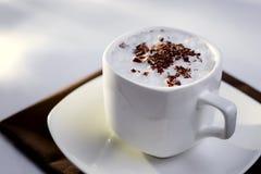 Taza blanca de la porcelana de Fne de café con crema Imagenes de archivo