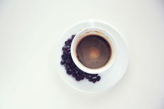 Taza blanca de la visión superior de café aislada en un fondo blanco Imagen de archivo