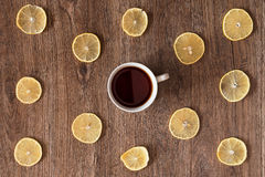 Taza blanca de té entre las rebanadas del limón Foto de archivo libre de regalías