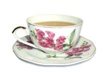 Taza blanca de té verde y platillo con una imagen de flores rosadas, en el fondo blanco fotografía de archivo