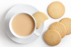 Taza blanca de té y platillo con las galletas de la torta dulce desde arriba foto de archivo libre de regalías