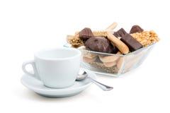 Taza blanca de té y una selección de dulces Foto de archivo libre de regalías