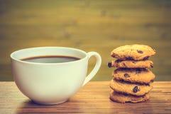 Taza blanca del cofee con el lote de galletas Foto de archivo libre de regalías