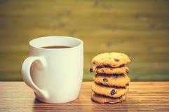 Taza blanca del cofee con el lote de galletas Imágenes de archivo libres de regalías