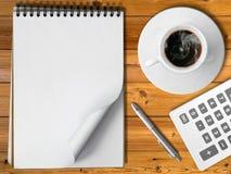 Taza blanca del cuaderno de pluma caliente de la plata del café Imagen de archivo libre de regalías