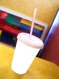 Taza blanca en blanco en restaurante de los alimentos de preparación rápida Foto de archivo