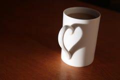 Taza blanca llena de bebida foto de archivo libre de regalías