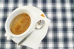 Taza blanca llenada de café fotos de archivo