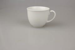 taza blanca para el café o el té en fondo del blanco del aislante Fotografía de archivo