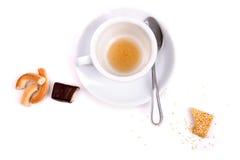 Taza blanca sucia de migas del té y de los dulces Fotos de archivo libres de regalías