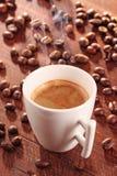 Taza caliente de café-café express con humo Fotografía de archivo libre de regalías