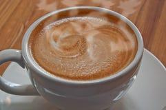 Taza caliente de café de Latte en la taza blanca Imagenes de archivo