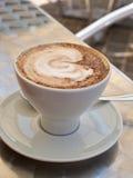 Taza caliente de café del capuchino Fotos de archivo libres de regalías