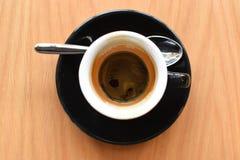 Taza caliente de café express en fondo marrón Imagenes de archivo