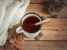 Taza caliente de té en la tabla de madera Imagenes de archivo