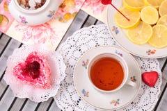 Taza caliente de té y de dulces Fotos de archivo