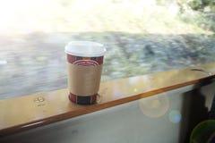 Taza caliente en viaje Foto de archivo libre de regalías