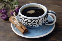 Taza, canela y flores de café Imagen de archivo libre de regalías