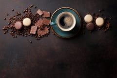 Taza, chocolate y macarrones de café en la tabla de cocina vieja foto de archivo libre de regalías