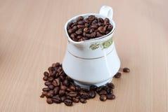 Taza clásica llena de grano de café Foto de archivo