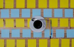 Taza coloreada de las etiquetas engomadas de café y de pluma Foto de archivo