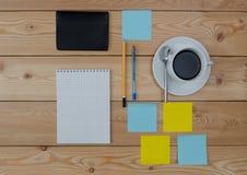 Taza coloreada de las etiquetas engomadas de cuaderno y de cartera de la pluma del café Foto de archivo