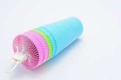 Taza colorida de los plásticos Fotografía de archivo