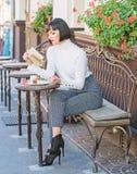 Taza combinaci?n del buen caf? y del libro agradable de la mejor para el fin de semana perfecto La mujer hace que la bebida goce  foto de archivo libre de regalías