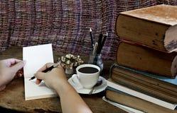 Taza, compás y lápiz de café de los libros viejos en un de madera Foto de archivo libre de regalías