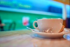 Taza con café caliente en una tabla fotografía de archivo libre de regalías