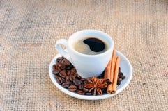 Taza con café en el platillo Imagenes de archivo