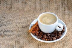 Taza con café en el platillo Fotos de archivo libres de regalías