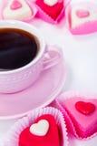 Taza con café y caramelos Fotografía de archivo libre de regalías