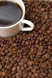 Taza con el café, cálculo del coste en grano Foto de archivo libre de regalías