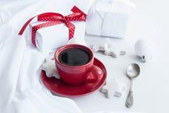 Taza con el café, la caja de regalo blanca, las galletas y las bolas, alta llave Fotos de archivo