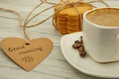 Taza con el café sólo, los granos de café y las galletas del jengibre, concepto sano del desayuno imagen de archivo libre de regalías