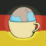 Taza con el globo y la bandera alemana Fotografía de archivo libre de regalías