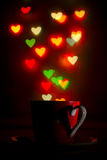 Taza con el modelo en forma de corazón hermoso del bokeh Fotos de archivo