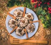Taza con la bebida y las galletas calientes de la Navidad Fondo con la taza de chocolate, de té o de café, decoración festiva Fotografía de archivo