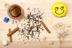 Taza con la bolsita de té y la torta Fotografía de archivo
