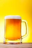 Taza con la cerveza Fotografía de archivo libre de regalías
