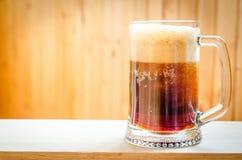 Taza con la cerveza oscura fotos de archivo libres de regalías
