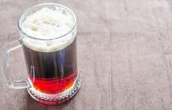 Taza con la cerveza oscura imágenes de archivo libres de regalías