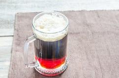 Taza con la cerveza oscura fotografía de archivo libre de regalías