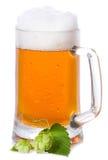 Taza con la cerveza y el salto imagen de archivo libre de regalías