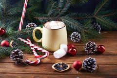 Taza con la tabla de madera del chocolate caliente Imagen de archivo