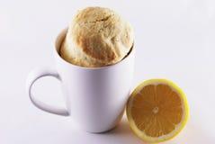 Taza con las crepes y el limón Foto de archivo libre de regalías
