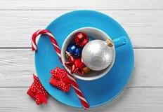 Taza con las decoraciones de la Navidad y Fotos de archivo libres de regalías