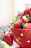 Taza con las fresas Fotografía de archivo