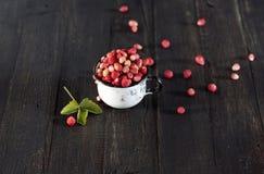 Taza con las fresas Imagenes de archivo